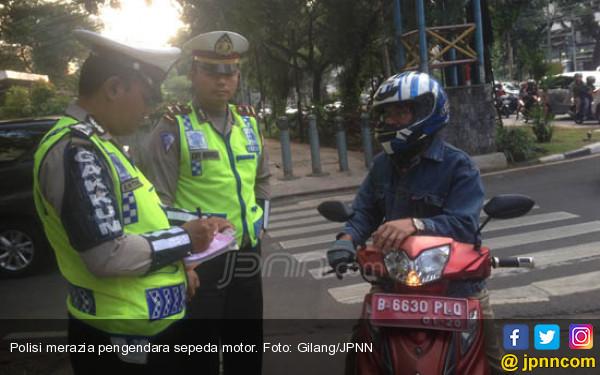 Naik Motor Dinas, PNS Nekat Lewat Trotoar - JPNN.COM