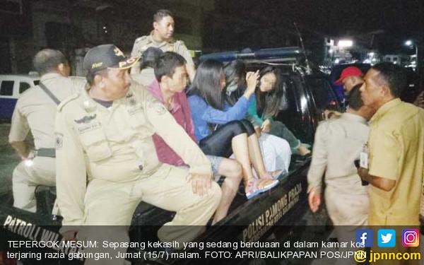 Hmmm... Kakek Tertangkap Basah Bareng 2 Wanita Muda di Kamar - JPNN.COM