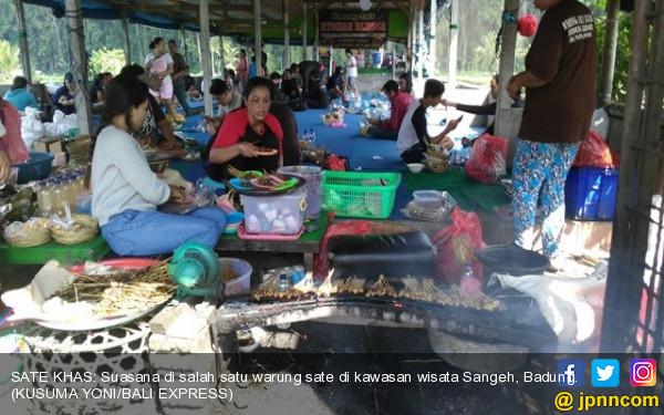 Nyam..Nikmatnya Makan Sate Babi Bumbu Kacang di Tepi Hutan Monyet - JPNN.COM