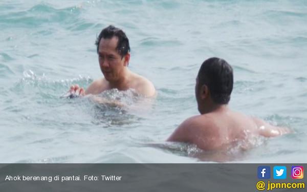 Pak Ahok Lagi Berenang di Pantai, Foto Kapan Tuh? - JPNN.COM
