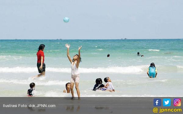 Fakta di Balik Foto Ahok Pulang Kampung Berenang di Pantai - JPNN.COM
