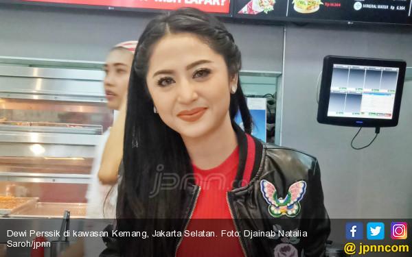 Rayakan Valentine, Dewi Perssik Sebar Duit di Kolam Renang - JPNN.com