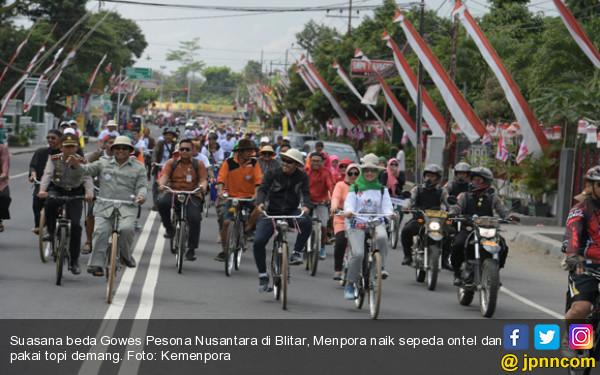 Lihat Nih, Pak Menpora Dikawal 100 Sepeda Ontel - JPNN.COM