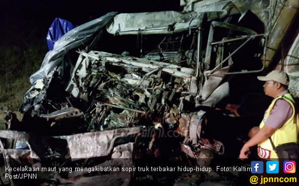 Kecelakaan Maut, Sopir Truk Terjepit, Terbakar Hidup-Hidup - JPNN.COM