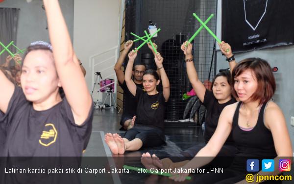 Serunya Latihan Kardio Pakai Stik di Carport Jakarta - JPNN.COM