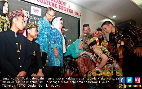 Penerima Beasiswa ITCC Minta Doa Restu ke Ibu Sinta Nuriyah - JPNN.COM