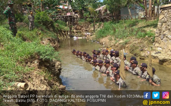 TNI Paksa Puluhan Satpol PP Berendam di Sungai - JPNN.COM