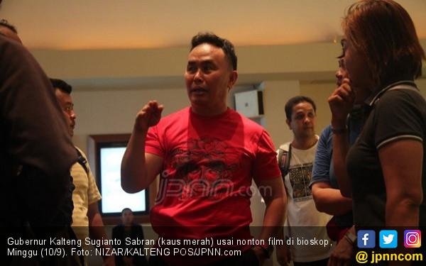 Santai, Gubernur Kalteng Ajak Puluhan Wartawan ke Bioskop - JPNN.COM