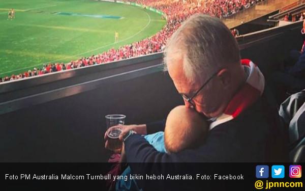 Momong Cucu Sambil Ngebir, PM Australia Panen Kecaman - JPNN.COM