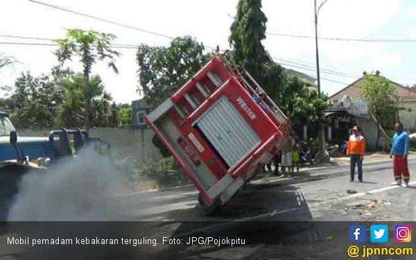 Mobil Pemadam Kebakaran Terguling di Tengah Jalan - JPNN.COM
