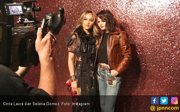 Foto Bareng Selena Gomez, Kaki Cinta Laura Malah Keinjek - JPNN.COM