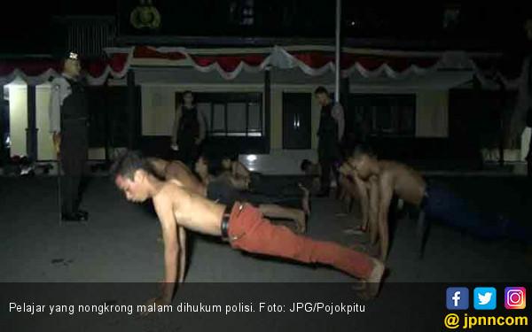 Nongkrong Larut Malam, Pelajar Dihukum Polisi - JPNN.COM