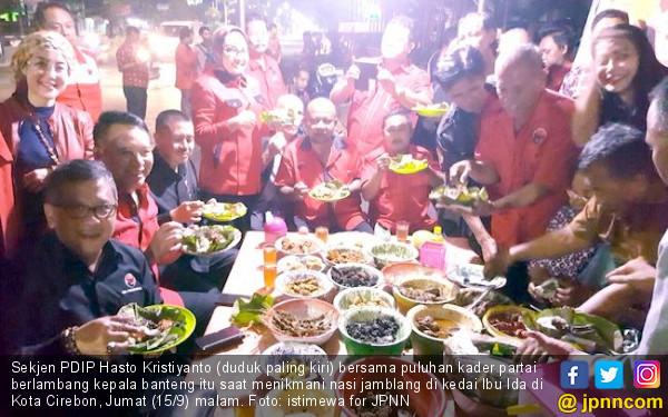 Demi Keakraban, Hasto Traktir Kader PDIP Makan Nasi Jamblang - JPNN.COM