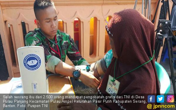 TNI Gelar Pengobatan Gratis di Pulau Panjang - JPNN.COM