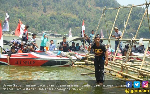 Sakun Sudah 25 Kali Melarung Sesaji ke Tengah Telaga - JPNN.COM