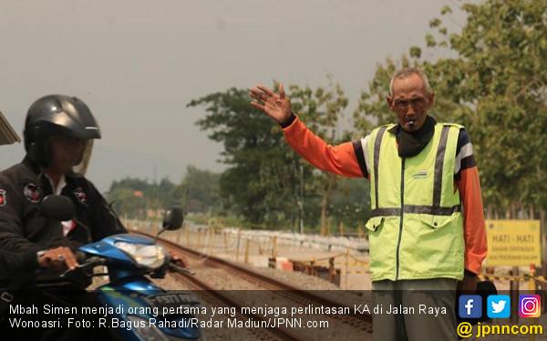Pengabdian Mbah Simen 12 Tahun Jaga Perlintasan KA - JPNN.COM