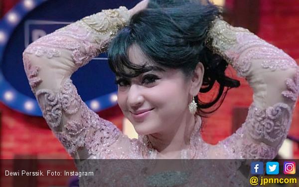 Dewi Perssik Ngebet Konser Bareng Slank dan Rhoma Irama - JPNN.COM