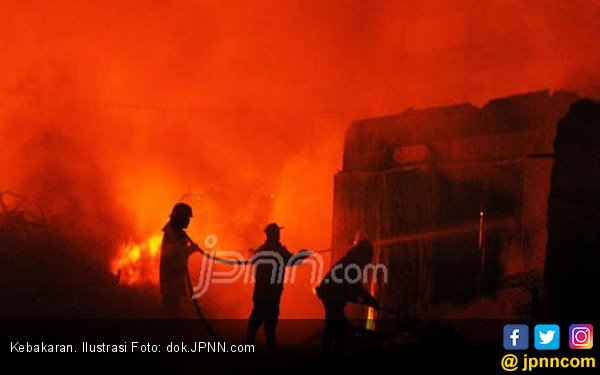 Ditinggal Kosong, Rumah Terbakar, Tersisa Cuma Baju di Badan - JPNN.COM