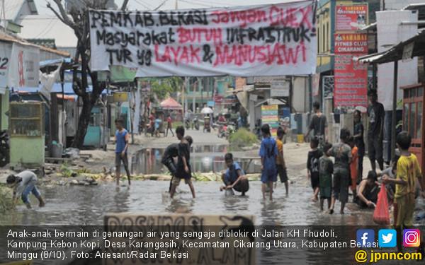 Kecewa sama Pemerintah, Warga Tebar Ikan Lele di Jalan - JPNN.COM