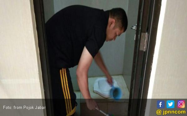 Saat Kapolres Purwakarta Bersihkan Toilet Masjid - JPNN.COM
