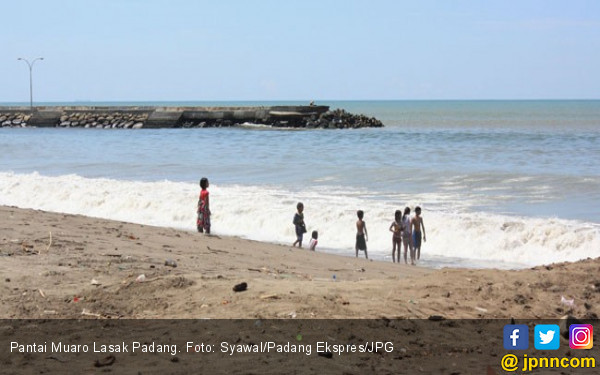300 Petugas Bersihkan 25 Ton Sampah di Pantai Muaro Lasak - JPNN.COM