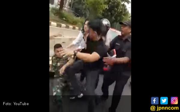 Gara-Gara Sampah, Anggota TNI Duel di Tengah Jalan - JPNN.COM