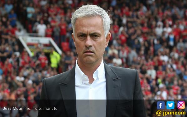 Berapa Bus Tingkat Dibawa Jose Mourinho ke Markas Liverpool? - JPNN.COM