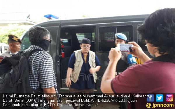 Lihatlah, Narapidana Bom Thamrin Digelandang ke Lapas - JPNN.COM