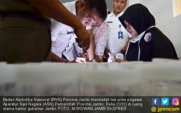 Ratusan Pejabat Provinsi Jambi Dipaksa Kencing - JPNN.COM