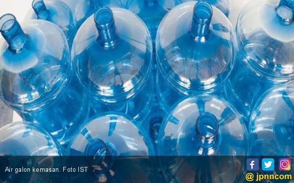 Ketahui Bahaya di Balik Air Minum Kemasan Galon Isi Ulang - JPNN.COM