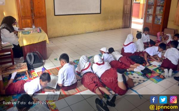 Tidak Ada Bangku, Ratusan Siswa Belajar sambil Lesehan - JPNN.COM