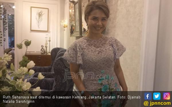 Simak Nih Rahasia Awet Muda Ruth Sahanaya - JPNN.COM