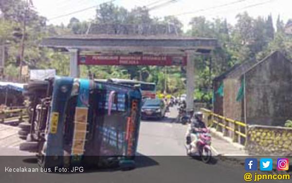 Bus Angkut Anak SMA Cibarusah Terguling, Sopir Kabur - JPNN.com