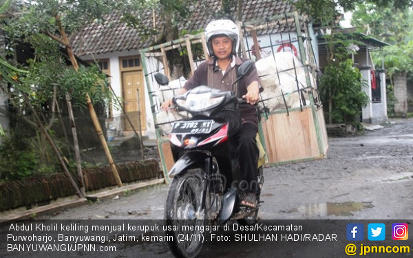 Pak Kholil, Guru Honorer Nyambi Jualan Kerupuk - JPNN.COM