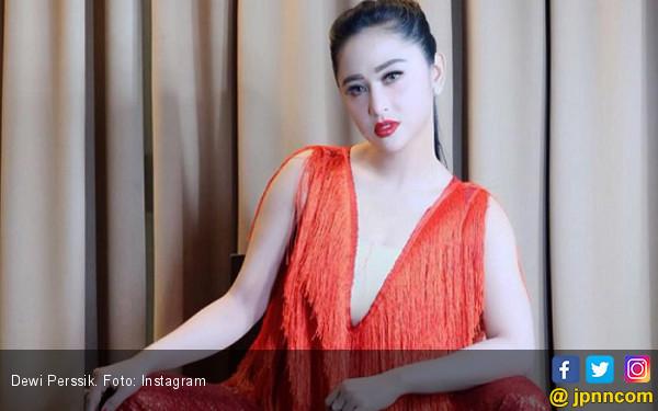 Dewi Perssik Geser Posisi Ayu Ting Ting? - JPNN.com