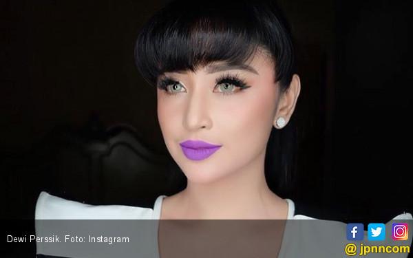 Dewi Perssik Serahkan Nama Polisi Pengawal di Busway - JPNN.COM