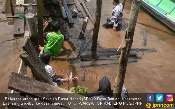 Jembatan Ambruk, Guru Hamil Ikut Tercebur - JPNN.COM