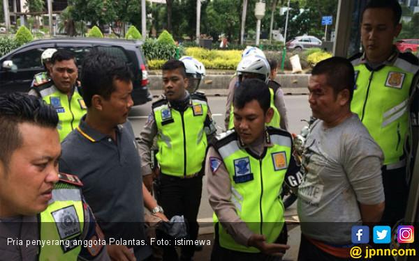 Ingin Melerai, Polisi Malah Ditodong Pisau Dapur - JPNN.COM
