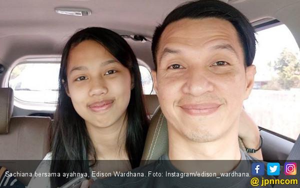 https://photo.jpnn.com/arsip/watermark/2017/12/02/sachiana-bersama-ayahnya-edison-wardhana-foto-instagramedison_wardhana.jpg