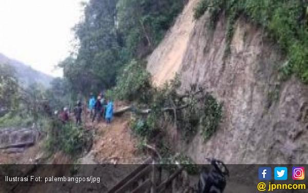 Longsor, Akses Jalan Lintas Tanjung Sakti dan Pumu Lumpuh - JPNN.COM