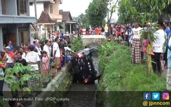Mobil Didik Terjepit di Selokan 2 Meter - JPNN.COM
