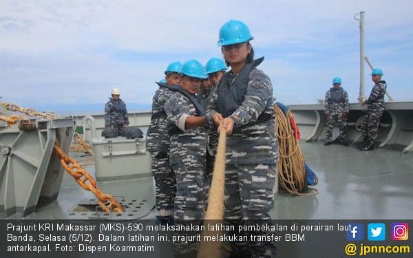 Prajurit KRI Latihan Transfer BBM Antarkapal di Laut Banda - JPNN.COM
