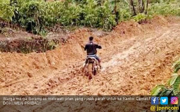 Sejak Indonesia Merdeka Sudah Biasa Lewati Jalan Berlumpur - JPNN.COM