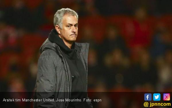 Aduh Malu tuh, Jose Mourinho Terjatuh di Wembley - JPNN.COM