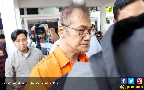 Jelang Disidang, Tio Pakusadewo Malah Ditinggalkan Pengacara - JPNN.COM