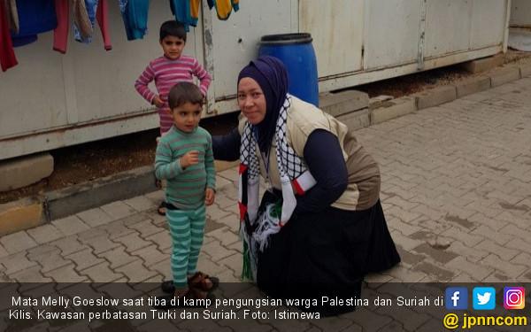 Mata Melly Goeslaw Berkaca-kaca saat Bertemu Warga Palestina - JPNN.COM