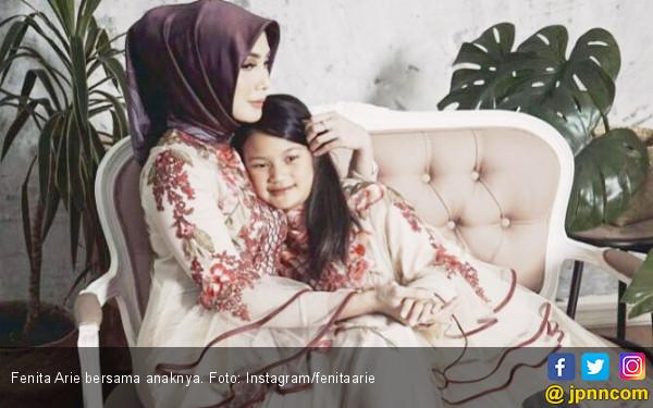 Koleksi Busana Fenita Arie Didominasi Pemberian Sahabat - JPNN.COM