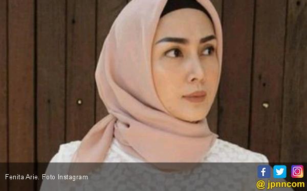 Sebelum Berhijab, Fenita Arie Suka Bertanya ke Ustaz - JPNN.COM