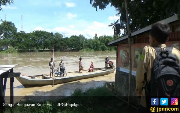 Hati - Hati ! Abrasi Sungai Bengawan Solo, Jalanan Ambles - JPNN.com