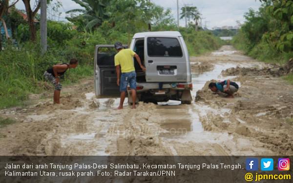 Ini Bukan Kolam Tapi Jalan Dekat Ibu Kota, Parah Banget - JPNN.COM